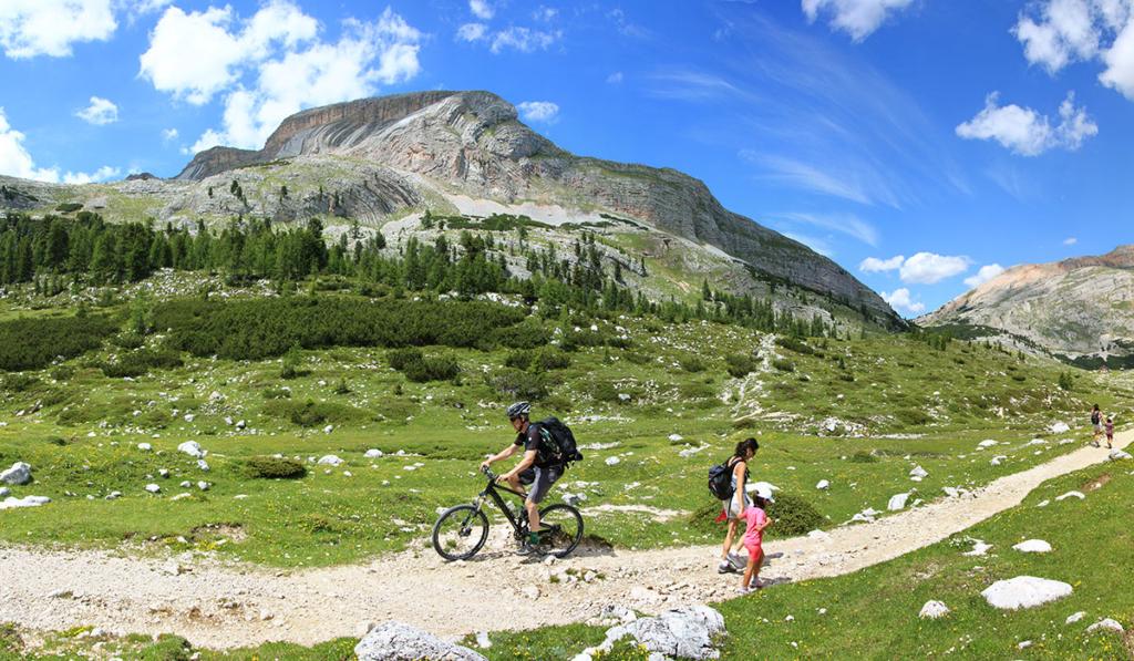 naturpark-fanes-mountainbiker